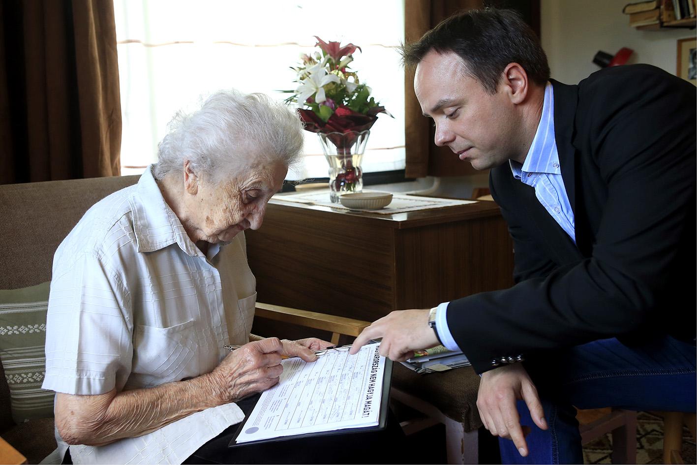 A 100 éves Anna néni is támogatja a rezsicsökkentést