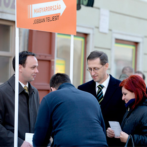 Nyitrai Zsolt Varga Mihállyal gyűjtött aláírásokat Egerben