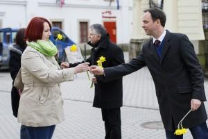Virággal köszöntötték a nőket a Fidesz képviselői