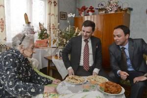 Virággal köszöntötték a 104 éves Zsófi nénit