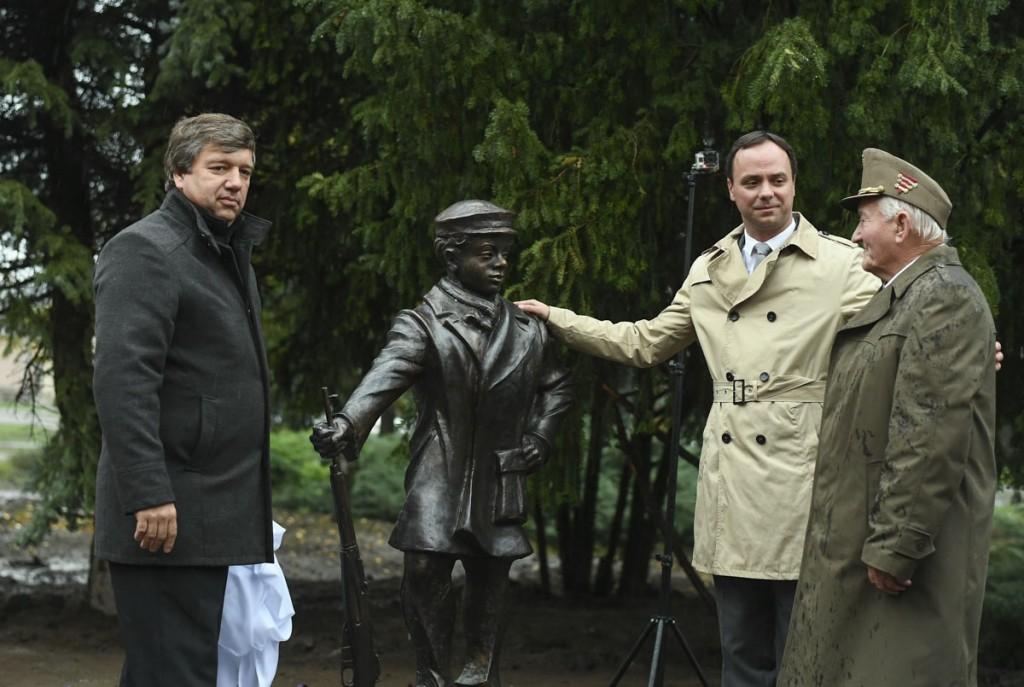Felavatták Makláron az ifjú forradalmár szobrát