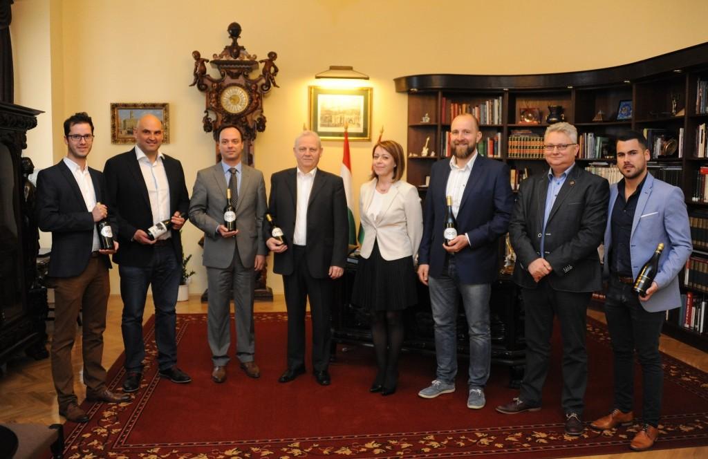 Az Egri Bikavér lehet Budapest hivatalos bora