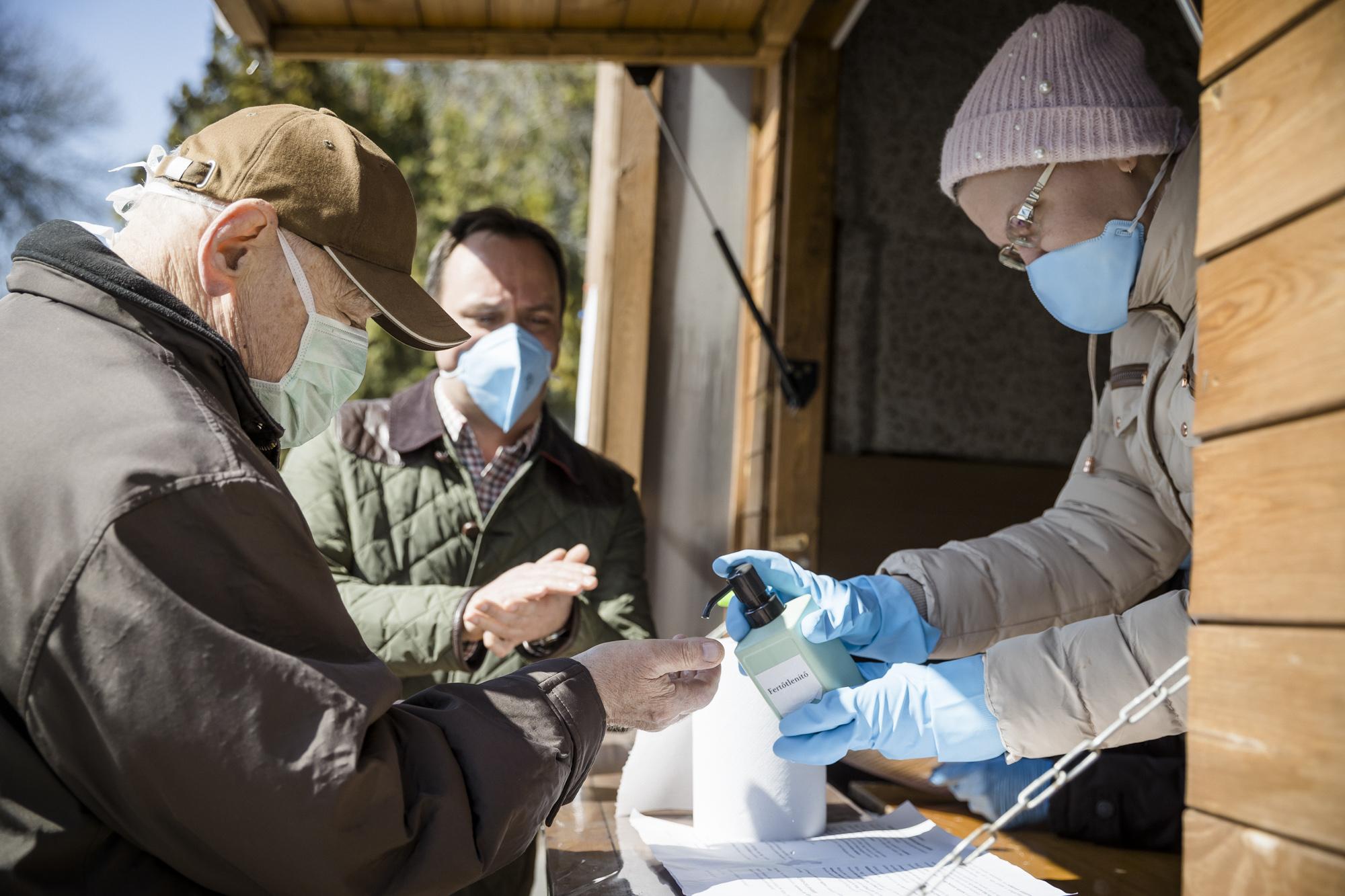 Önkénteskedés egy egri fertőtlenítő ponton